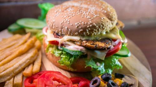 Wie Patty und Bun: FIVE GUYS und LEWIS bringen Amerikas beliebteste Burger nach Deutschland