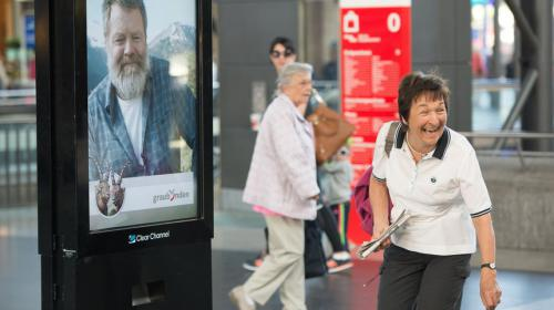 Campaña de turismo: El hombre de la marquesina que invitaba a viajar gratis