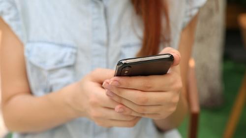 Navigare sui social via smartphone